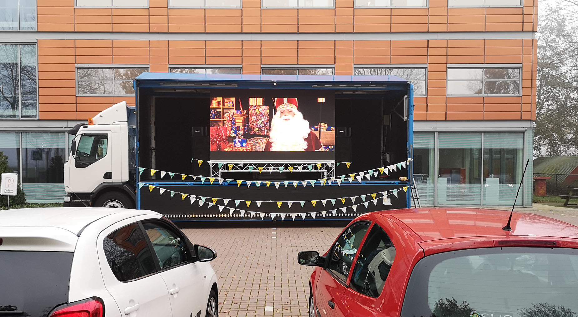 drive in bioscoop verhuur. u ziet hier corona proof sinterklaas in deventer