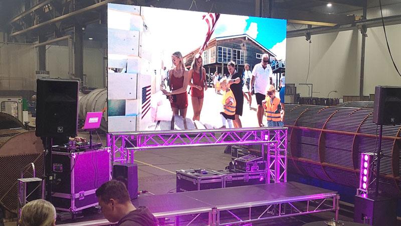 led scherm podium licht en geluid bij presentatie in rotterdam, zuid-holland